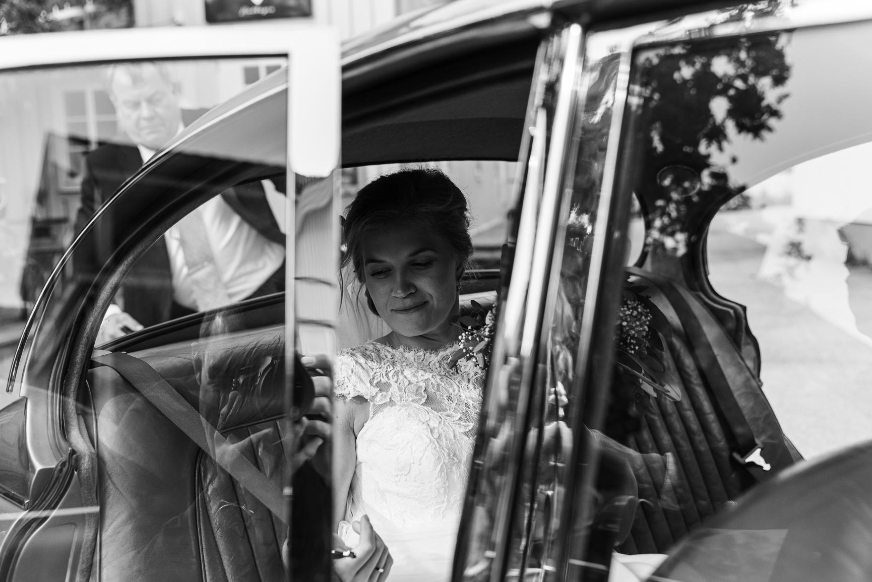 Bryllup -Brud på vei ut av bilen