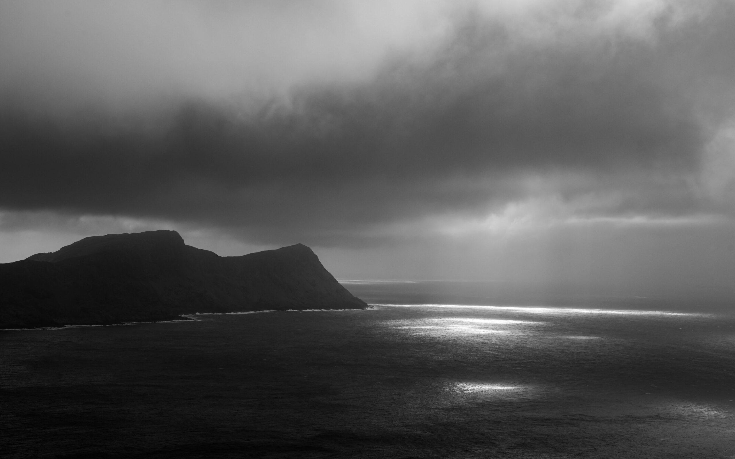 Øy i solnedgang B/W